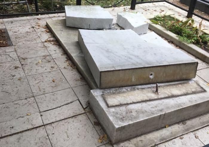 Всего вандалы повредили 61 надгробие