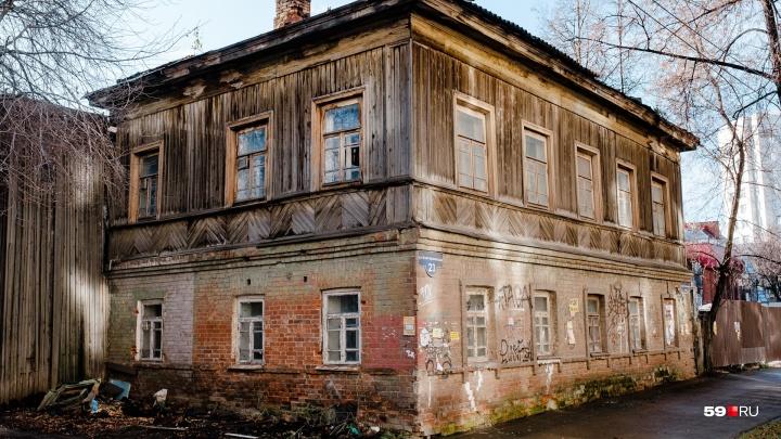 Пермяк снял на видео предполагаемого поджигателя аварийного дома на улице Екатерининской
