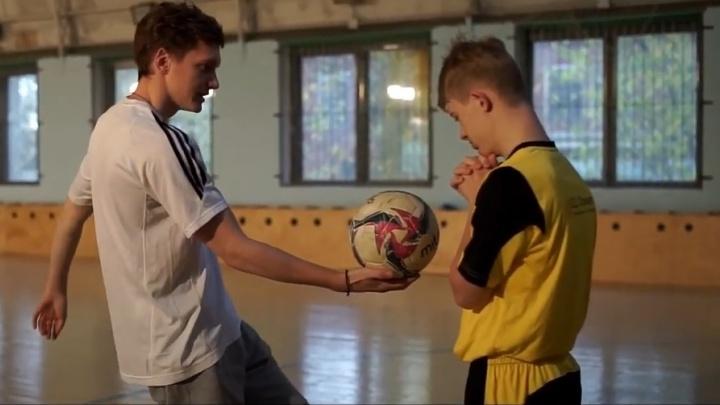 Они плачут, когда забивают гол: в Екатеринбурге сняли фильм о том, как дети с синдромом Даунаиграют в футбол