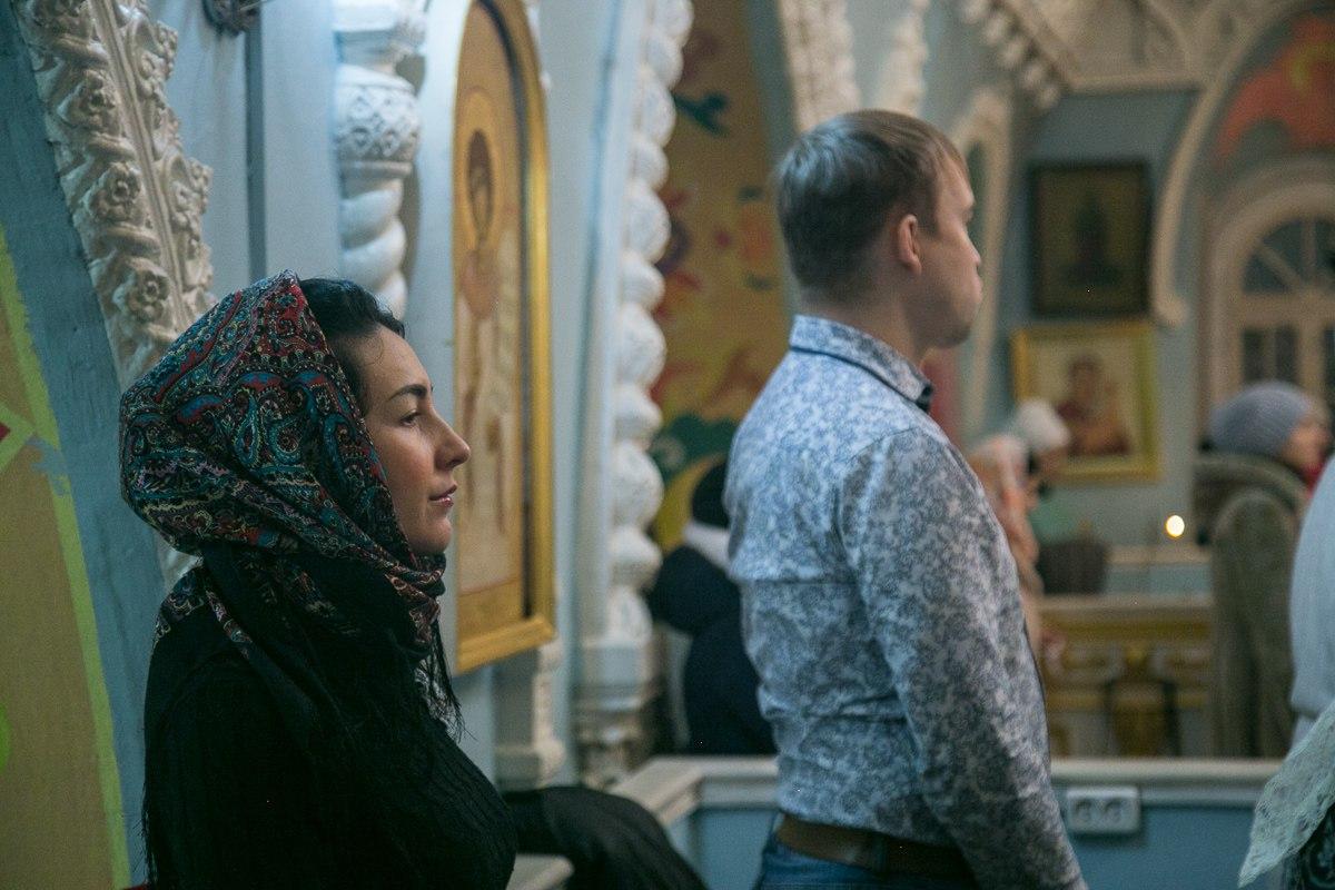 Ночью в храм пришло много верующих