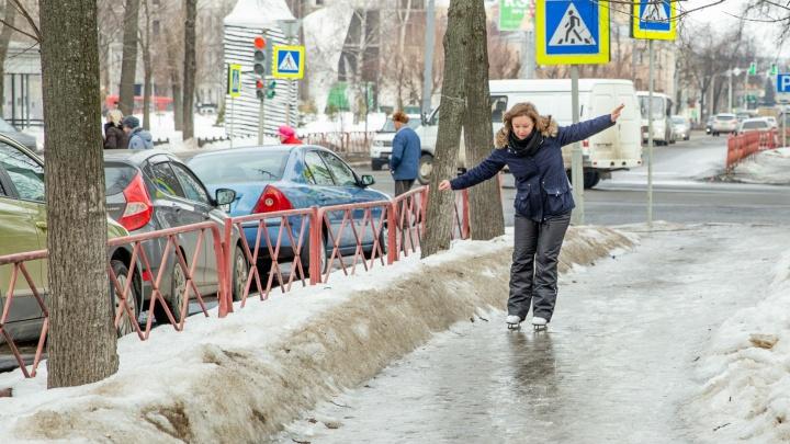 В Ярославле тротуар обледенел настолько, что стало можно кататься на коньках: тест-драйв
