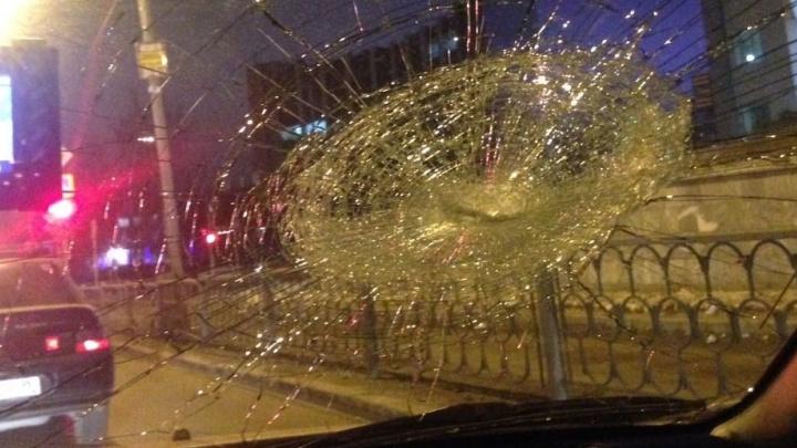 """Мужчина с изрезанным лицом лупил арматурой машины, стоявшие в пробке у """"Гермес Плаза"""""""