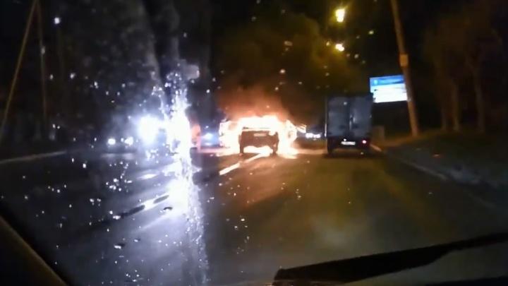 У поворота на Химмаш машины встали в пробку из-за сгоревшей на дороге «Волги»