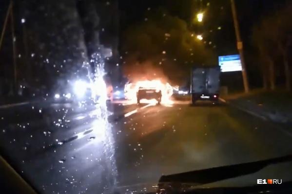 Водителям приходилось притормаживать и объезжать горящую «Волгу»