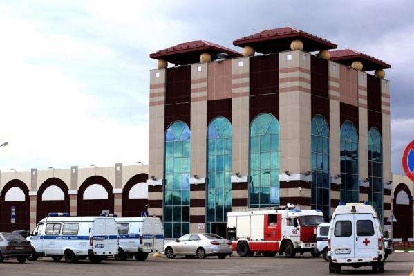 Драка началась в здании торгового центра