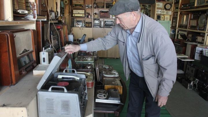 Красноярец собрал огромную коллекцию советских радиоприёмников и телевизоров с раритетом 1935 года