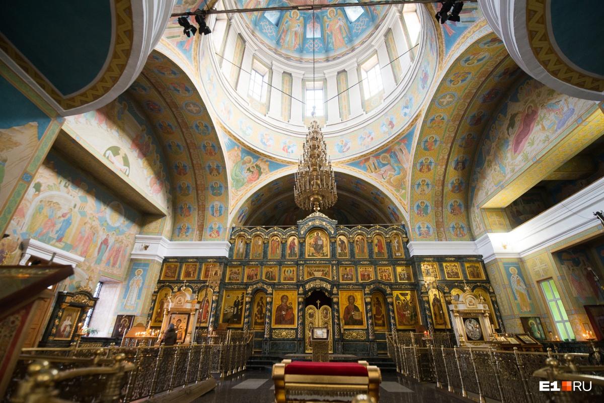 Внутри собор полностью расписан сценами из священных писаний