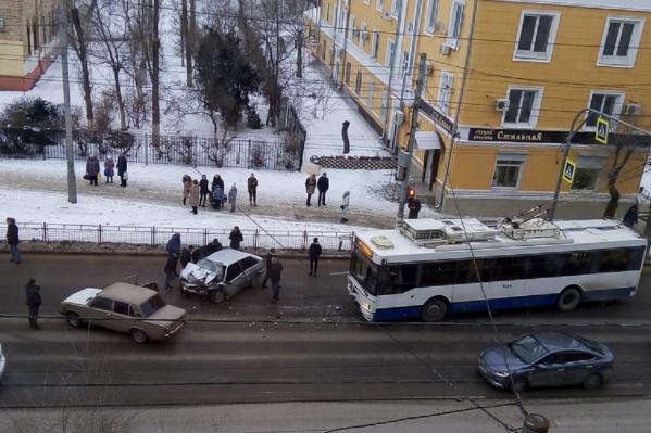Лобовое столкновение случилось на печально известном светофоре возле 130-й школы