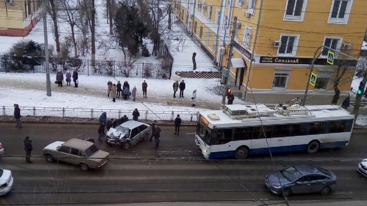 «Двоих в крови увезли на скорой»: в Волгограде в страшную аварию попали «тринадцатая» и троллейбус