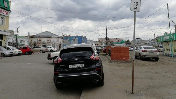 «Я паркуюсь как...»: красная иномарка на пути инвалида, Skuratov у каланчи и газон, который не смог
