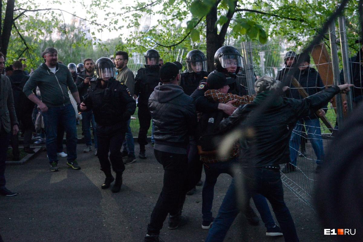 Конфликт между участниками акции и полицейскими, стоящими в оцеплении