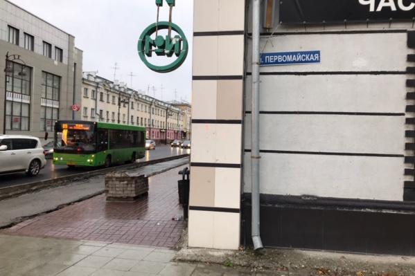 Карман сокращают напротив торгового центра «Москва»