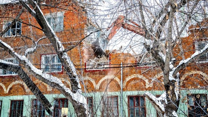 Как сносят Жабынский завод в Тюмени. 15 кадров о разрушении здания конца 19 века