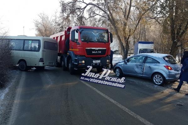 Авария с участием маршрутки и двух иномарок произошла на Тимошенко