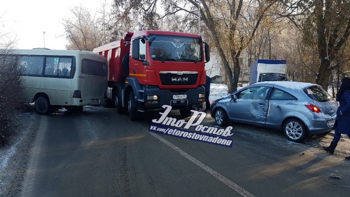В Ростове произошло тройное ДТП с участием маршрутки