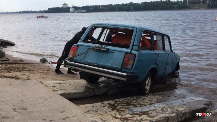 В Ярославле спасатели утопили легковушку: самые яркие фотографии и видео с учений