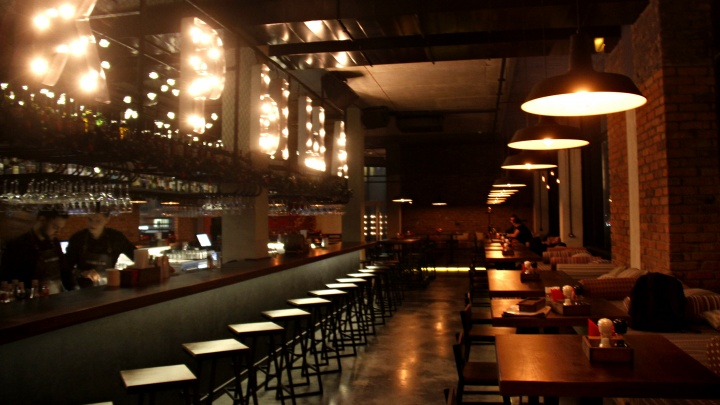 В бизнес-центре рядом с «Аурой» появился большой бар с ковром, балконом и строгими голубями