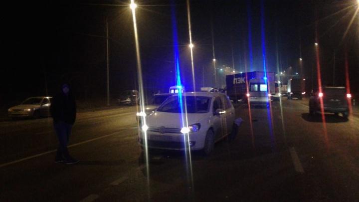На месте ГАИ и следователи: в Волгограде столкнулись три легковушки и грузовик