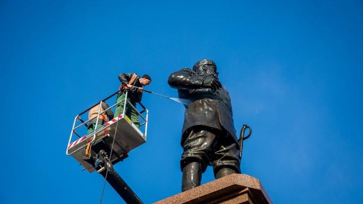 Фото: в Новосибирске отмыли памятник Александру III