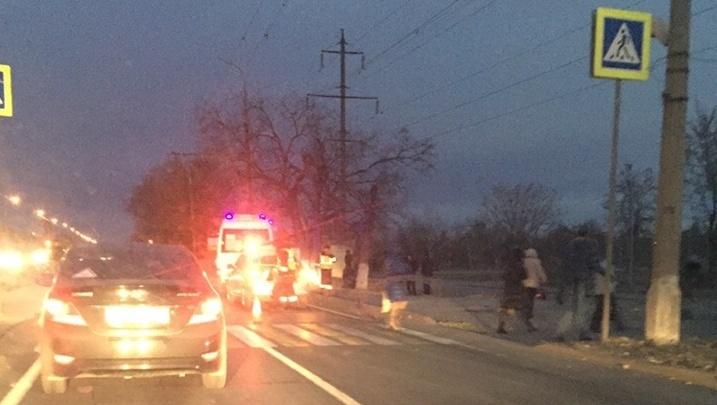 «Сидел и плакал над трупом»: утром на юге Волгограда под колесами иномарки погиб мужчина