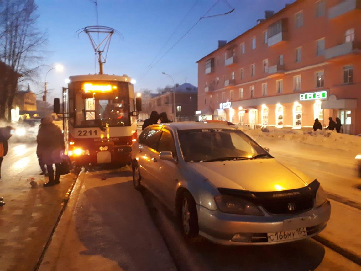 Авария полностью заблокировала движение по путям