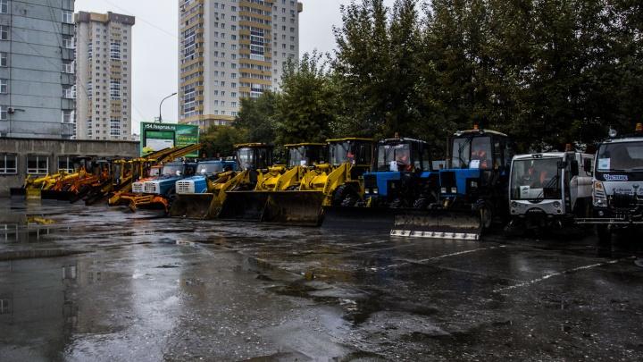 Новосибирские дорожники похвастались мощными грейдерами и погрузчиками для уборки снега