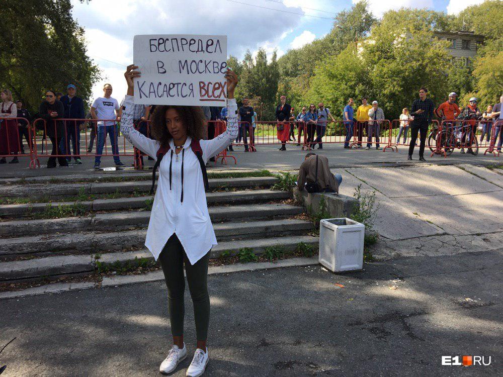 Перед тем, как отправиться на митинг в Екатеринбурге, девушка просматривала варианты лозунгов в паблике местного штаба Алексея Навального. В результате выбрала надпись «Беспредел в Москве касается всех»