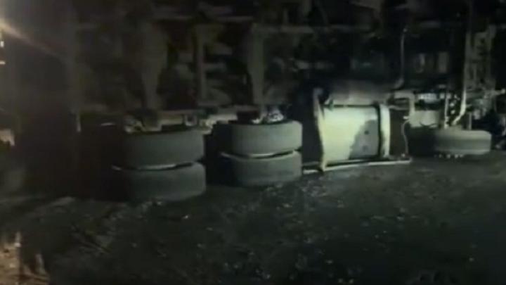 На Сибирском тракте перевернулся попавший в аварию КАМАЗ, гружённый грунтом