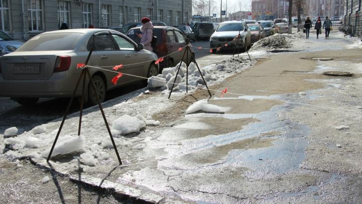 Омич, на которого упала глыба льда, до сих пор находится в коме