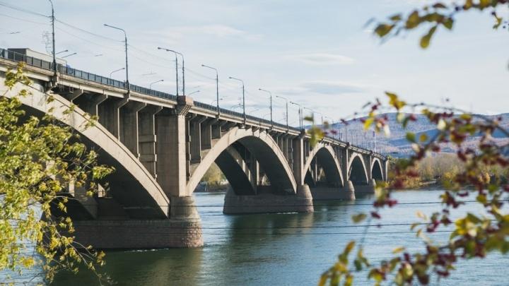С Коммунального моста упал мужчина и зацепился за опору моста