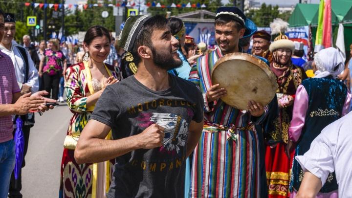Жара, парад национальностей и верблюды: как прошел День России в Омске