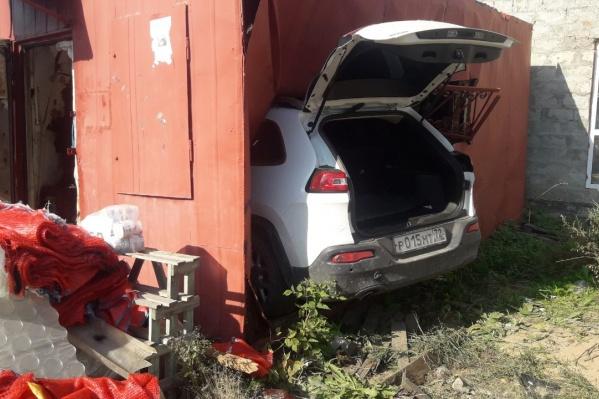 Машина вошла полностью в контейнер, где был магазин