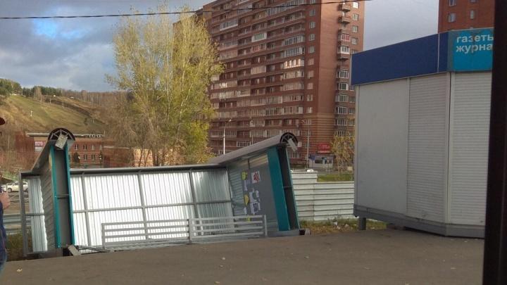 На Первомайской поставили новую остановку — её уносит сильным ветром