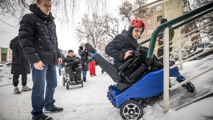 Инженеры устроили тест-драйв инвалидной коляски на крутом пандусе в Новосибирске: что из этого вышло