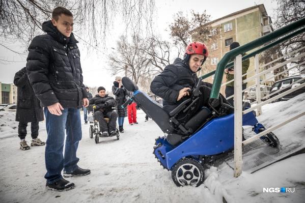 Пандус к аптеке на Нимировича-Данченко, 155 очень крутой— забраться на него на обычной коляске невозможно