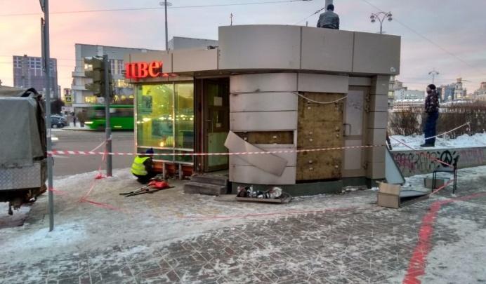 В администрации Кировского района объяснили, почему начали сносить киоск «Цветы от Аллы»