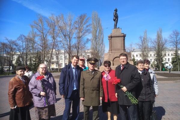 В 149-ю годовщину со дня рождения Ильича цветы к памятнику Ленина в Самаре коммунисты решили возложить совместно с недавно выпущенным на свободу Владимиром Квачковым