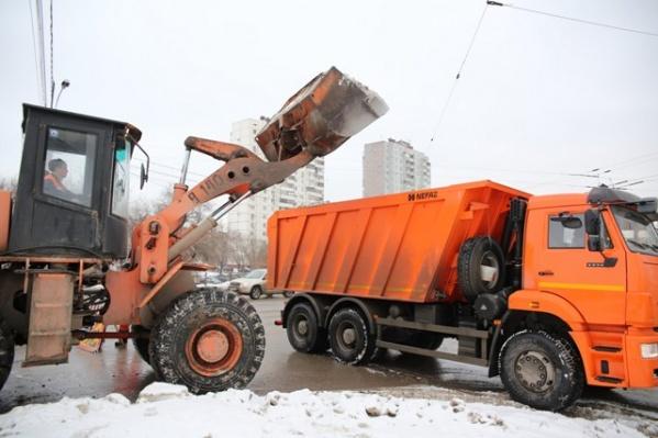 За сутки дорожники вывезли с улиц 500 тонн снега и высыпали на дороги около 2000 тонн реагентов