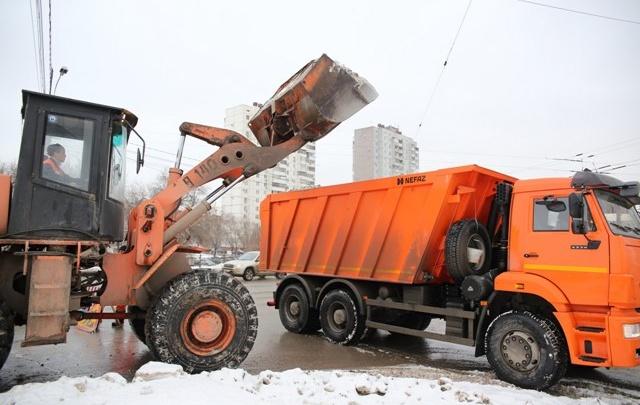 Две тысячи тонн реагентов, 500 тонн снега: мэрия отчиталась об уборке города от снега