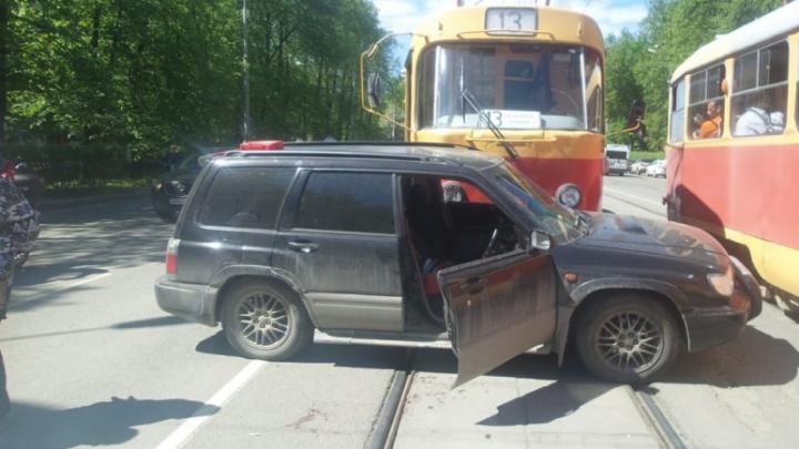 Дорожное видео недели: опасный разворот перед трамваем, дурные велосипедисты и бабушка-камикадзе