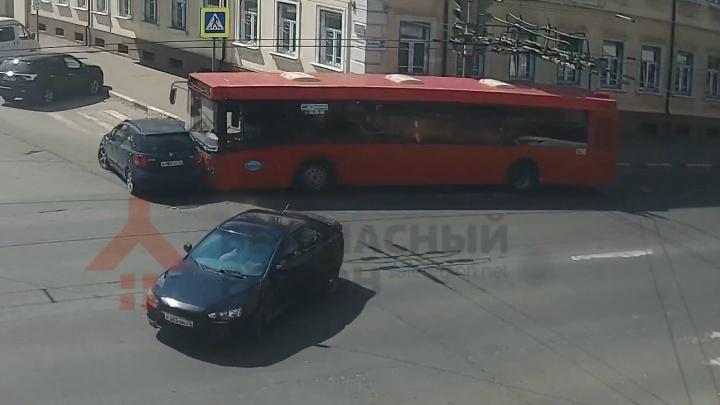 «Ну и балбес»: в Ярославле легковушка нырнула под автобус с пассажирами