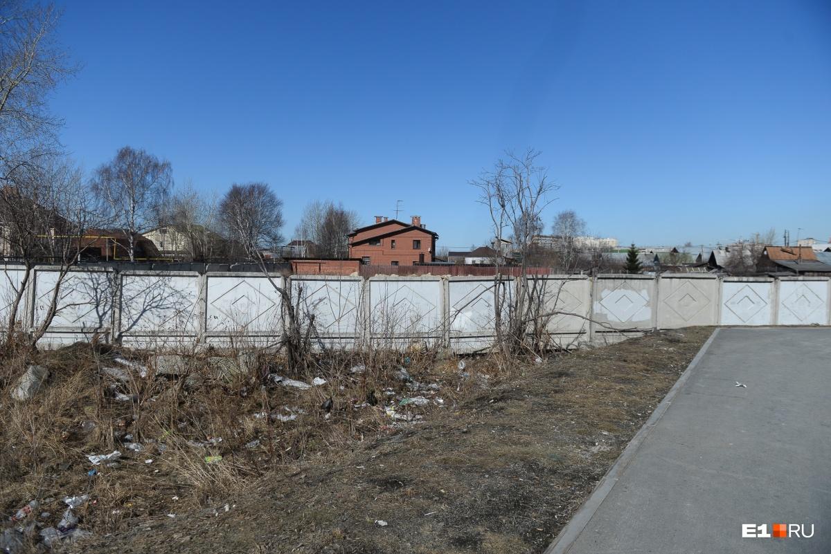 Небольшой кусок на улице Викулова уже оградили для стройки