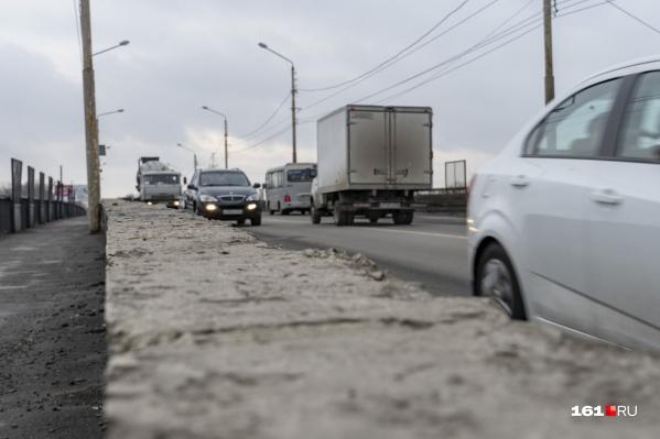 На мосту регулярно образуются дорожные заторы