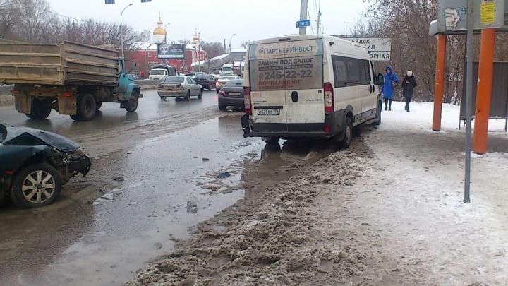 «Форд» въехал в маршрутку с пассажирами на Большевистской