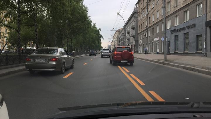 На Красном проспекте нарисовали яркие жёлтые полосы