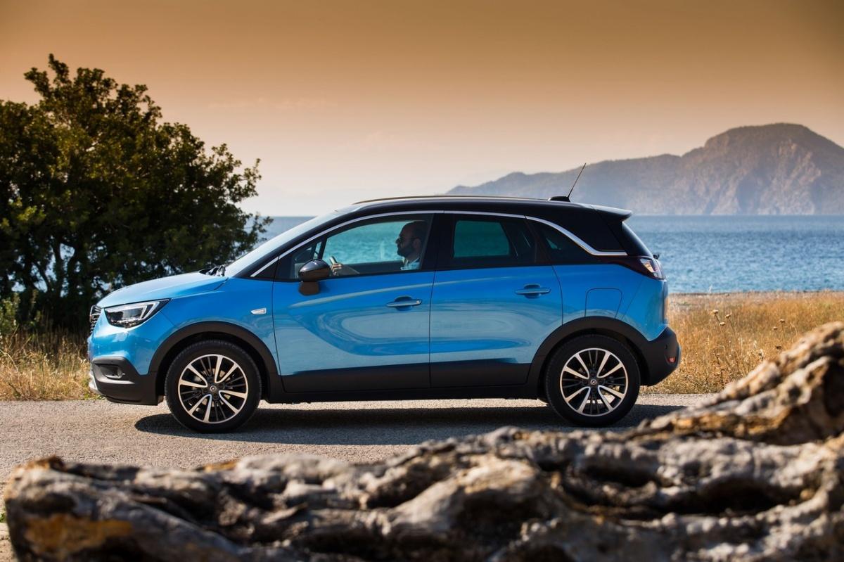 Opel Crossland X. Как и в случае с Citroen C3 Aircross, ставка сделана на сочетание умеренной проходимости и вместительного салона, который напоминает интерьер компактвэна.