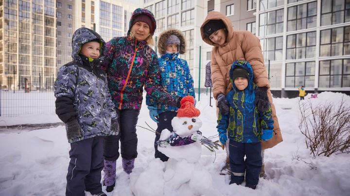 Парад снеговиков, наряд для ёлки и мешок шоколада: как отмечают Новый год в современных новостройках
