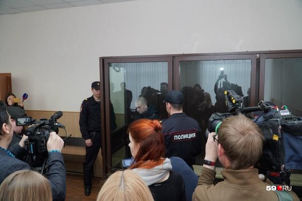 В зале суда много журналистов. Сам обвиняемый — несовершеннолетний, поэтому мы не можем публиковать его фото без замазывания