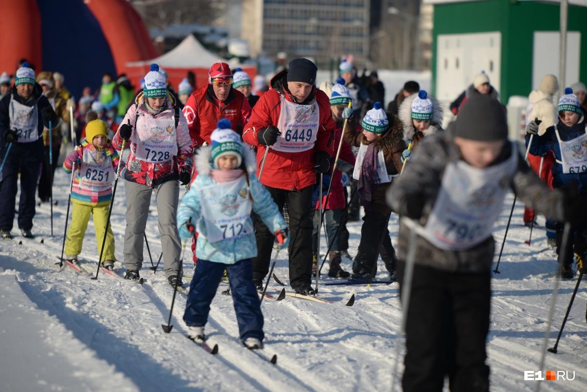 Поучаствовать в «Лыжне России» в ЦПКиО собралось очень много детей