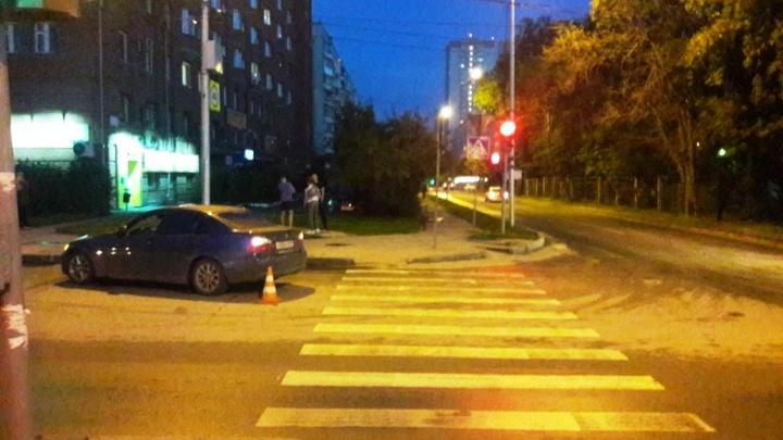 Шла на зеленый: женщина попала под колёса BMW на пешеходном переходе